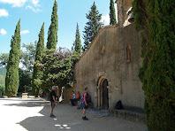 La façana amb la portalada i la fornícula amb la imatge del sant