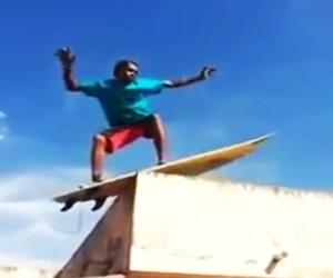 Homem brinca de surfa no teto da casa