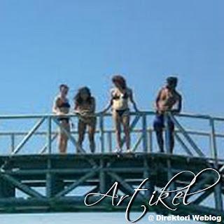 atraksi di jembatan cinta pulau tidung
