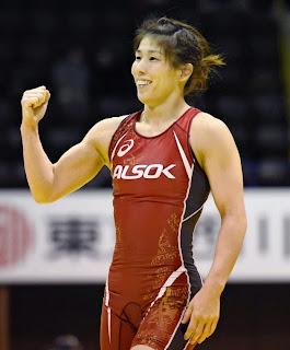 全日本レスリング女子53キロ級で優勝を決め、ガッツポーズする吉田沙保里(23日、代々木第二体育館)=共同