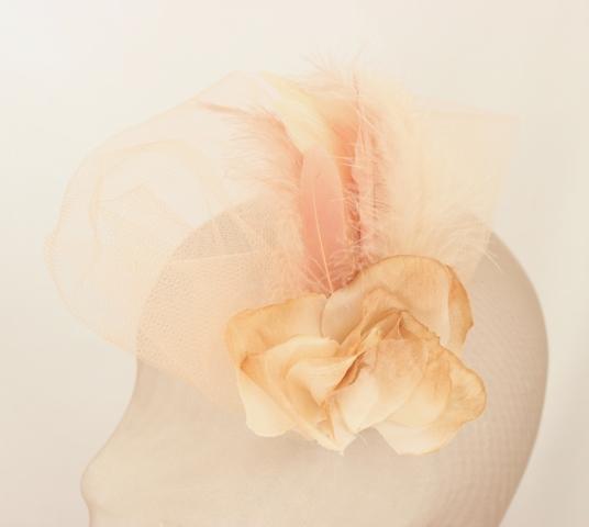 Colección La Cesta - Tocado Broche Nude Flor y Pluma