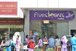 udah check out dari Five Stones Hostel nunggu bus jemputan ke bandara