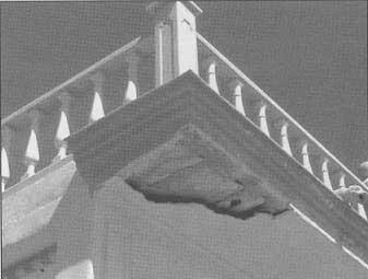 Detalle de un voladizo en el que se ha realizado un falso techo inadecuado.