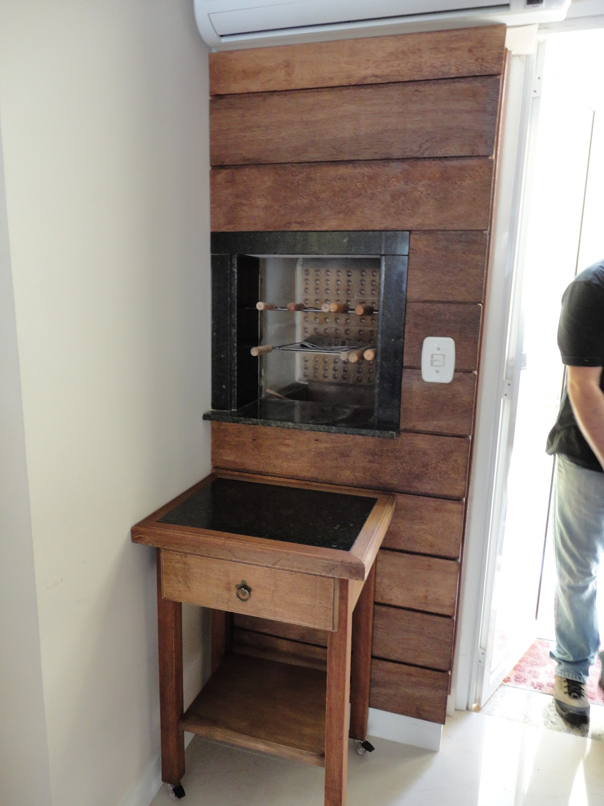 Painel de madeira na churrasqueira mais mesa auxiliar para churrasco #69493C 1200x1600