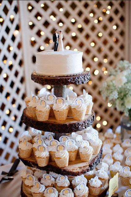 prato de cupcakes de tronco de árvore