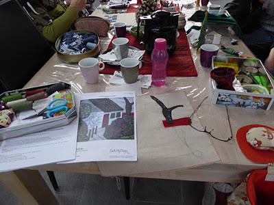 Bordet fyldt med sytøj hos Linette