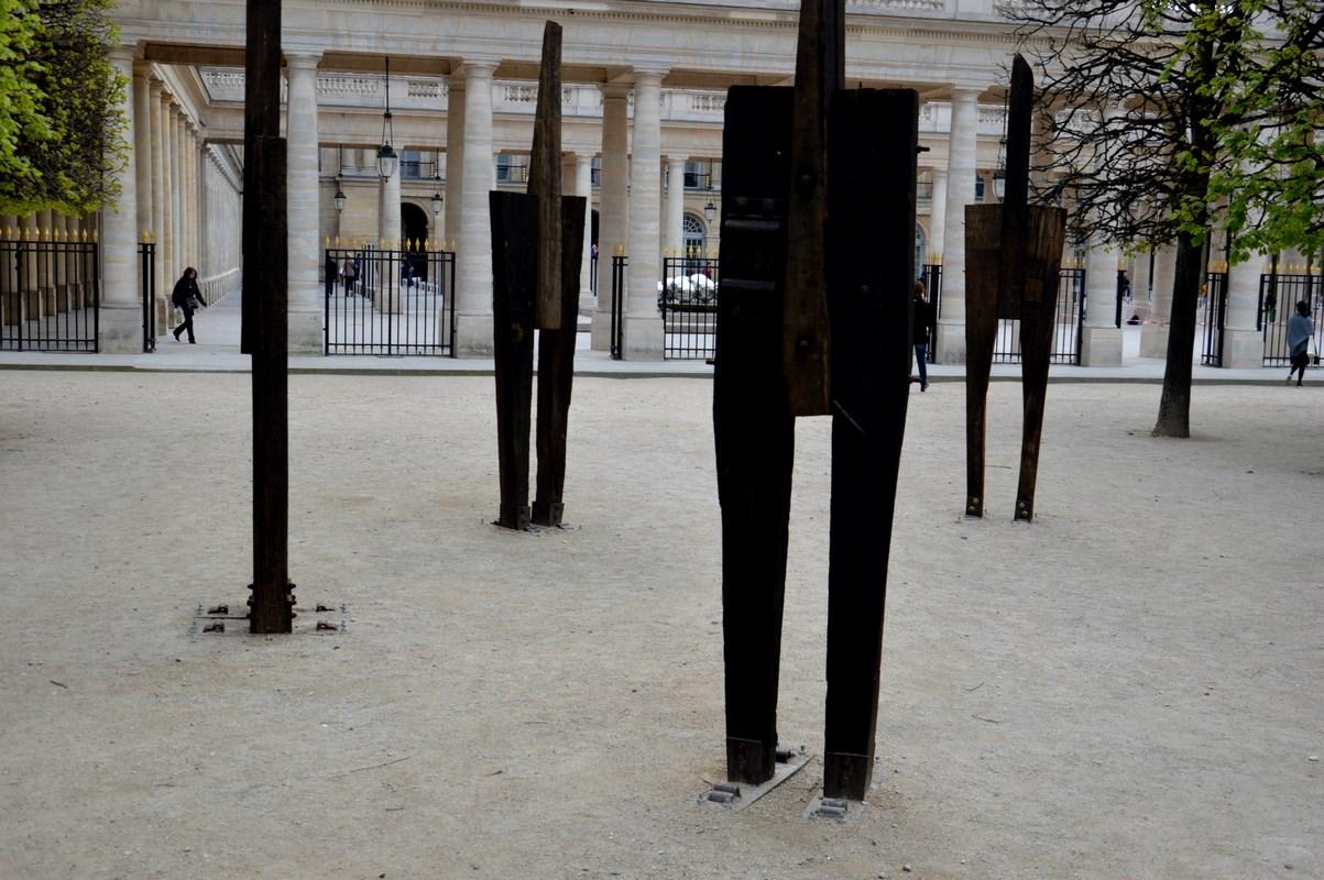 Hommes debouts - Palais Royal - scumpteur ChungYung