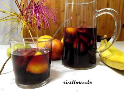 Sangria ricetta per la  bevanda spagnola a base di vino novello e frutta