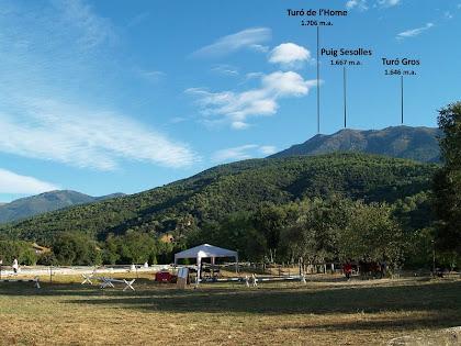 Instal·lacions de la hípica de Can Marc, amb el Montseny al fons