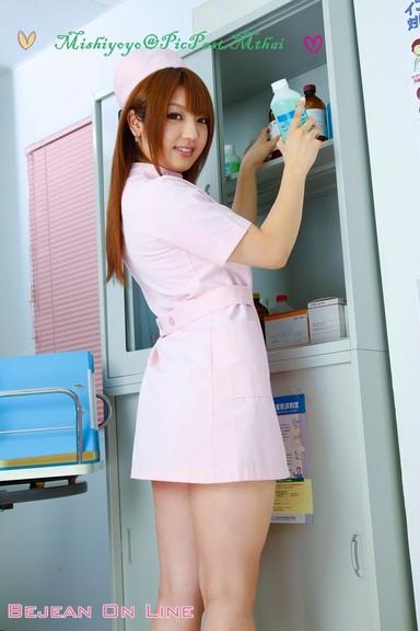 nữ y tá xinh đẹp
