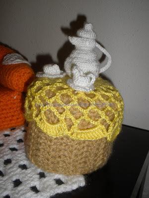 Mesa de te, tetera, taza y plato y lechera realizada a crochet