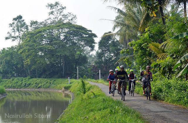 Iringan sepeda menyusuri Selokan Mataram