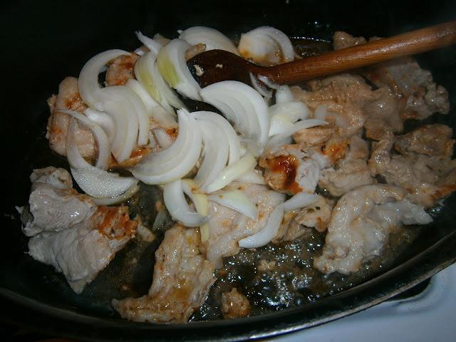 Gulasz wieprzowy z cebulą, mięso z cebulą, podsmażanie mięsa z cebulą