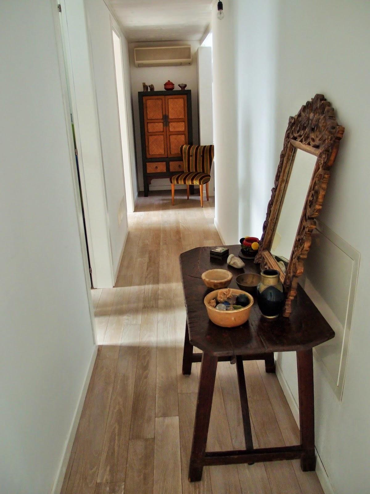 Il lungo corridoio che porta alla zona notte accoglie mobili e oggetti ...