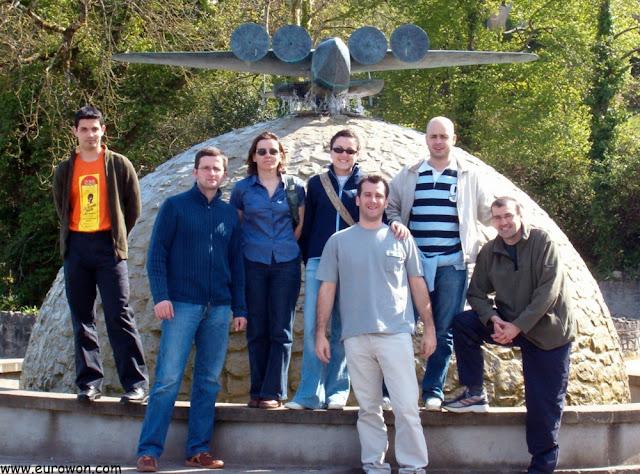 Foto de grupo delante del Museo de la Aviación de Foynes