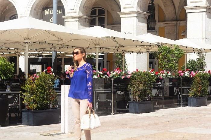E como os dias estão fantásticos, nada melhor do que aproveitar para passear. Neste dia, andámos pela zona do Parque das Nações, um local maravilhoso para relaxar do rebuliço da cidade de Lisboa. Look do dia/Outfit. Blusa azul-cobalto com renda floral. Carteira Michael Kors. Anel Tous. SuiteBlanco. Primavera/Verão 2015. Dicas de Moda e Imagem no Blog de Moda Style Statement. Blog de moda portugal, blogues de moda portugueses.