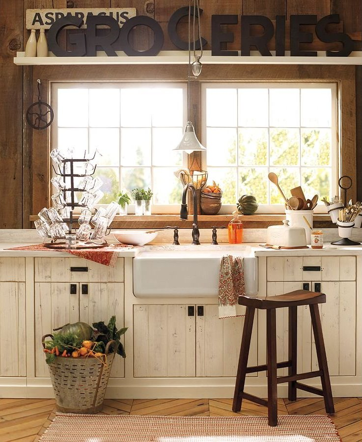 Charming country kitchen content in a cottage for Cottage kitchen designs