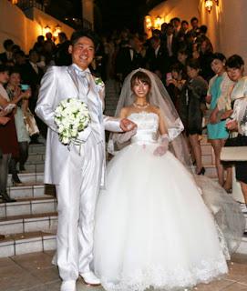 挙式を終え笑顔の横川(左)と優奈夫人