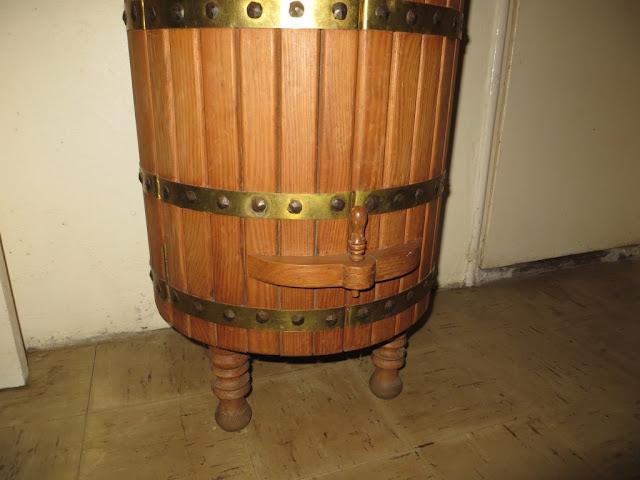 Foto de Garrafeira de madeira imitando Barril para guardar licores, vinhos e aguardentes
