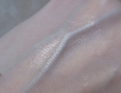 L'Oreal Color Infallible 002 Hourglass Beige efekt / sheen