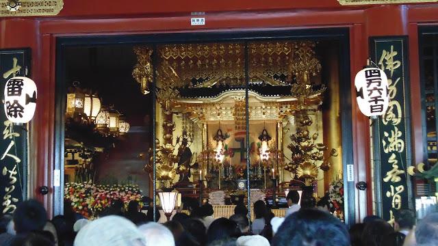 Interior do templo Senso-ji em Tóquio, Japão