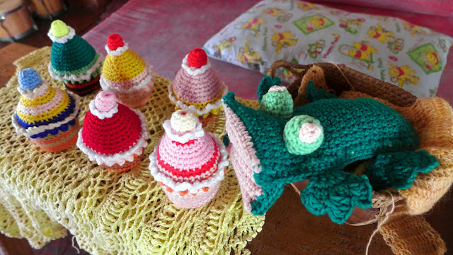 Amigurumi cup cakes and a frog