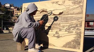 Καλλιτέχνης Δημιουργεί πίνακες χρησιμοποιώντας τις ακτίνες του ήλιου μέσα από ένα μεγεθυντικό φακό