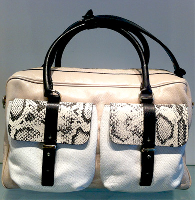 bolsa com alça de mão detalhes em python Arezzo verão 2014