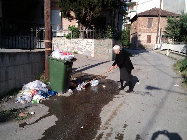 Ασυνείδητοι Εδεσσαίοι πετάνε τα σκουπίδια έξω από τους κάδους
