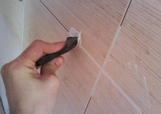 Как правильно заделать швы плитки