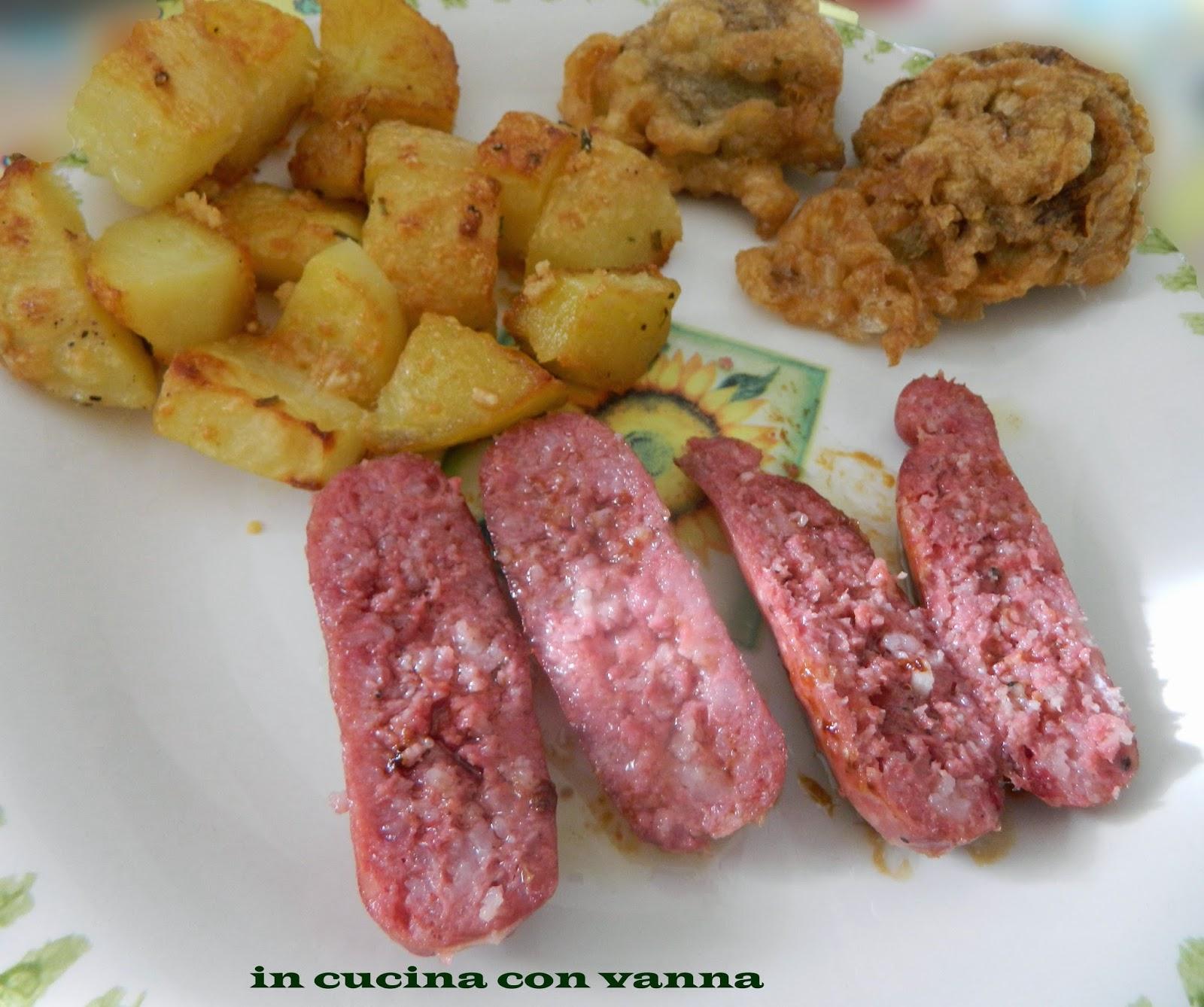 salsiccia di norcia al vino bianco, con contorno di patate al forno e carciofi fritti.