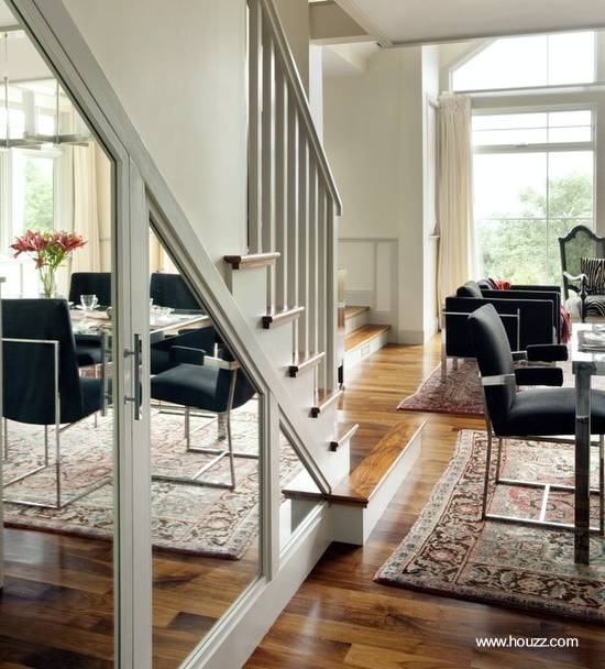 Uso de espejos y mobiliario para extender el espacio interior