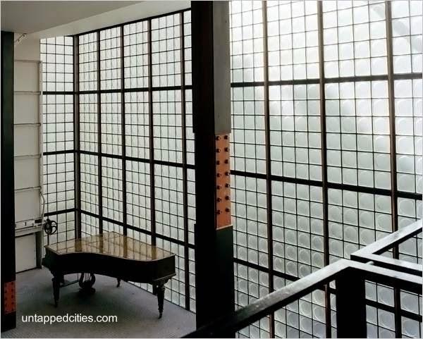 Vista interior del muro vidriado de Maison de Verre