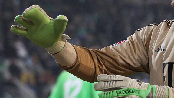 Manuel Neuer plays with four-fingered glove