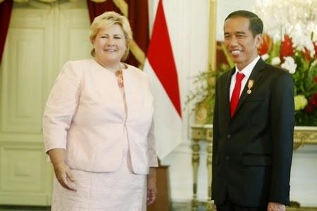 "President Joko ""Jokowi"" Widodo greets Norwegian Prime Minister Erna Solberg."