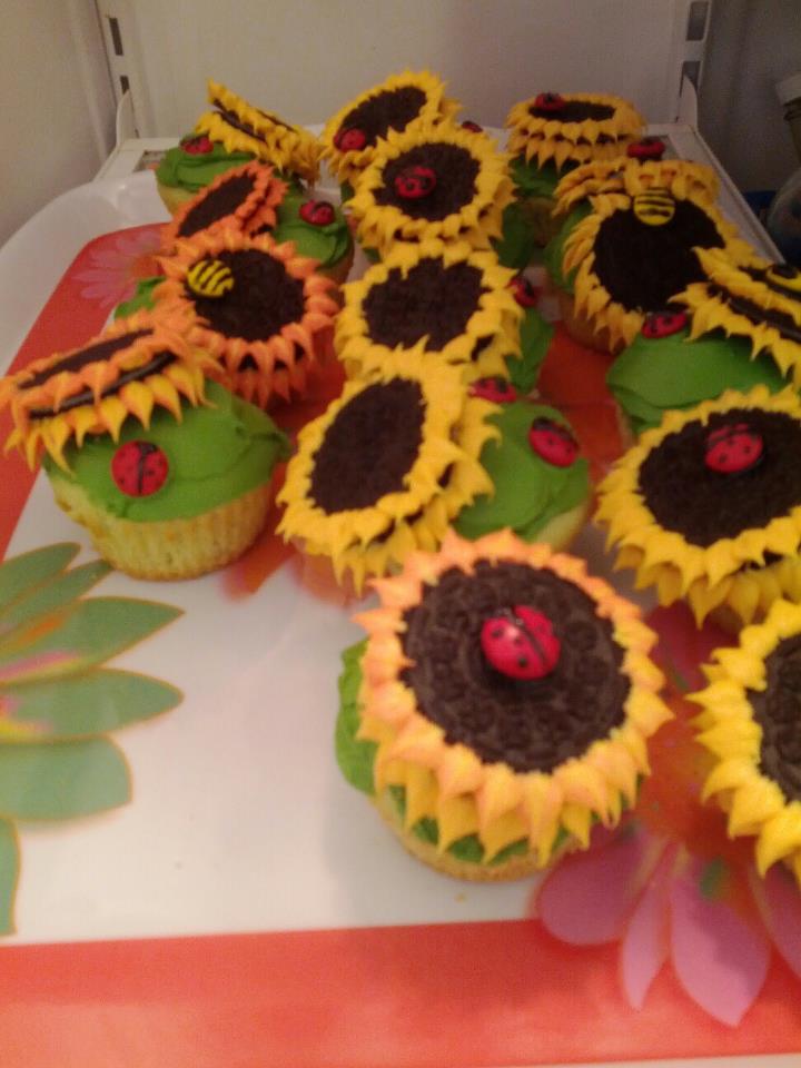 simplement ajouter quelques gouttes de colorant alimentaire la pte pour donner des cupcakes - Cupcake Colorant Alimentaire