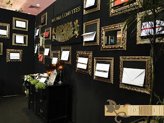 paredes pretas, molduras douradas, convites, sóbrio e elegante