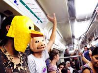 Ativistas vegetarianos fazem protesto bem-humorado no metrô