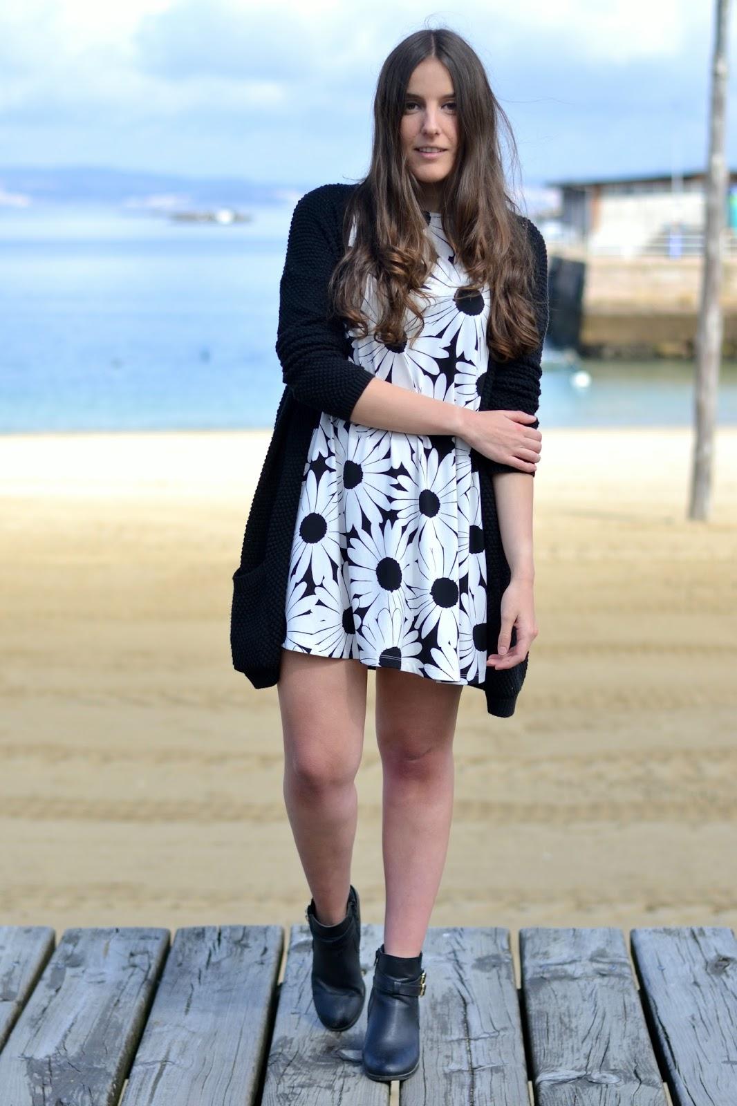 vestido margaritas blanco y negro
