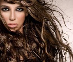طرق علاج مشكلة تهيش وتشابك الشعر في الصيف