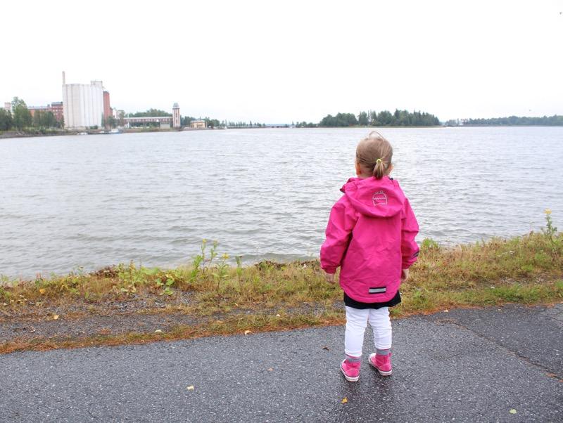 pieni tyttö meren rannalla
