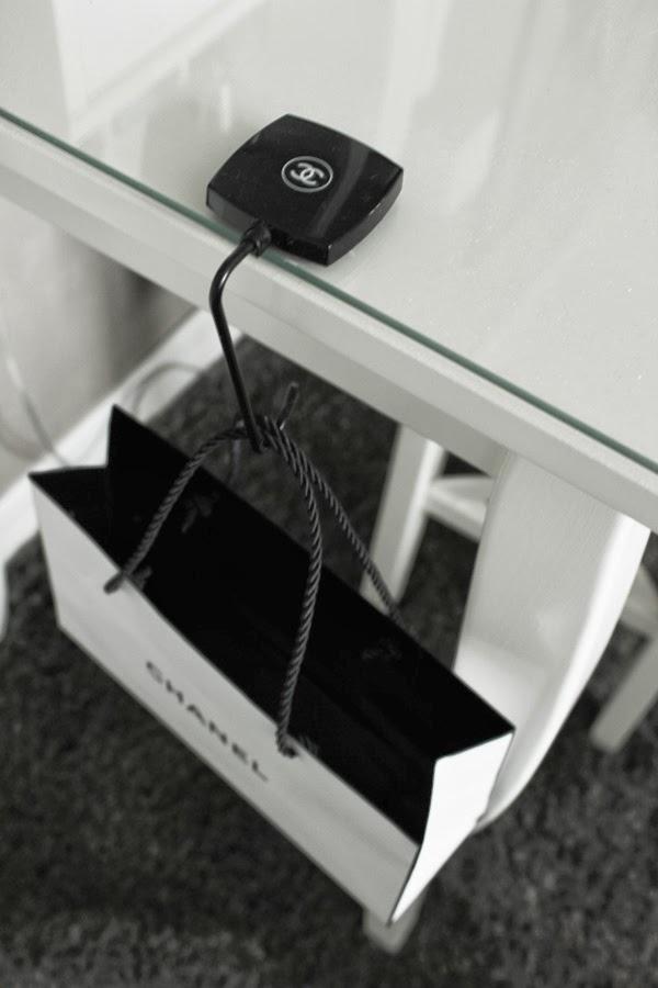 chanel hållare, chanel svart och vit, pappåse chanel, fin påse, sminkbord, svart, vitt