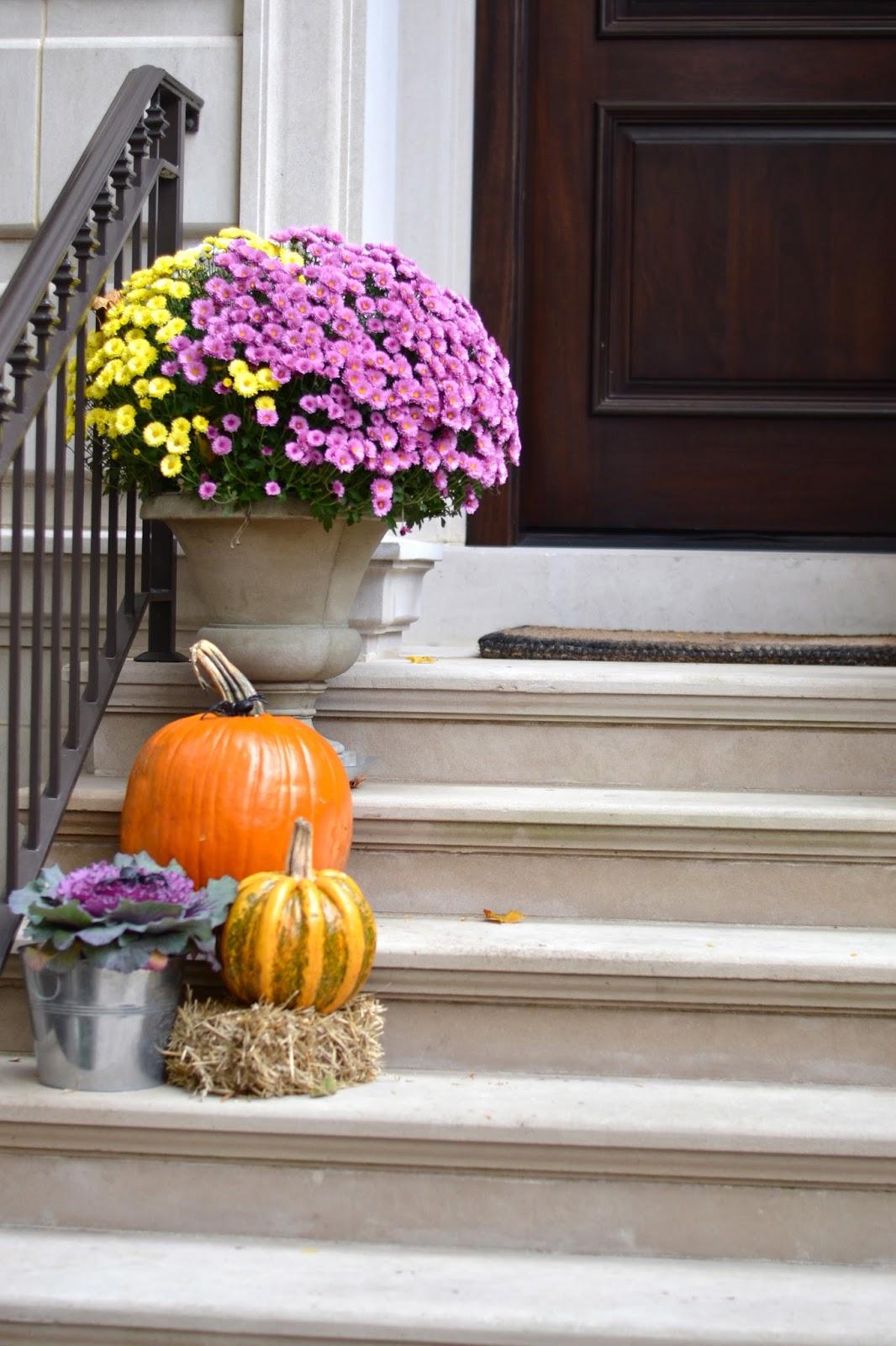 pumpkins-on-stoop