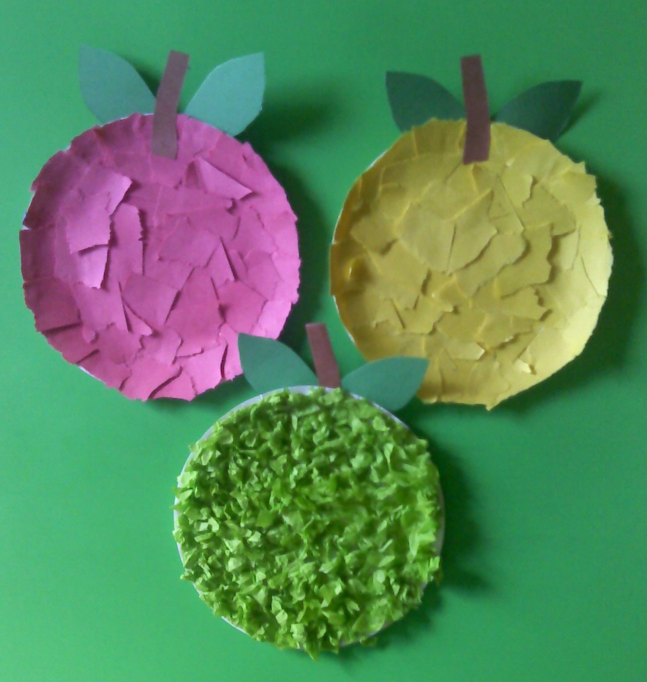Tear fall colored construction paper into small pieces and glue - Use Small Paper Plates To Create These Simple Apples Tear Up Pieces Of Construction Paper And Glue Onto The Plate Or Cut Up Tissue Paper And Crumple Them