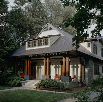Modelo de fachada de casa rústica  con columnas de madera