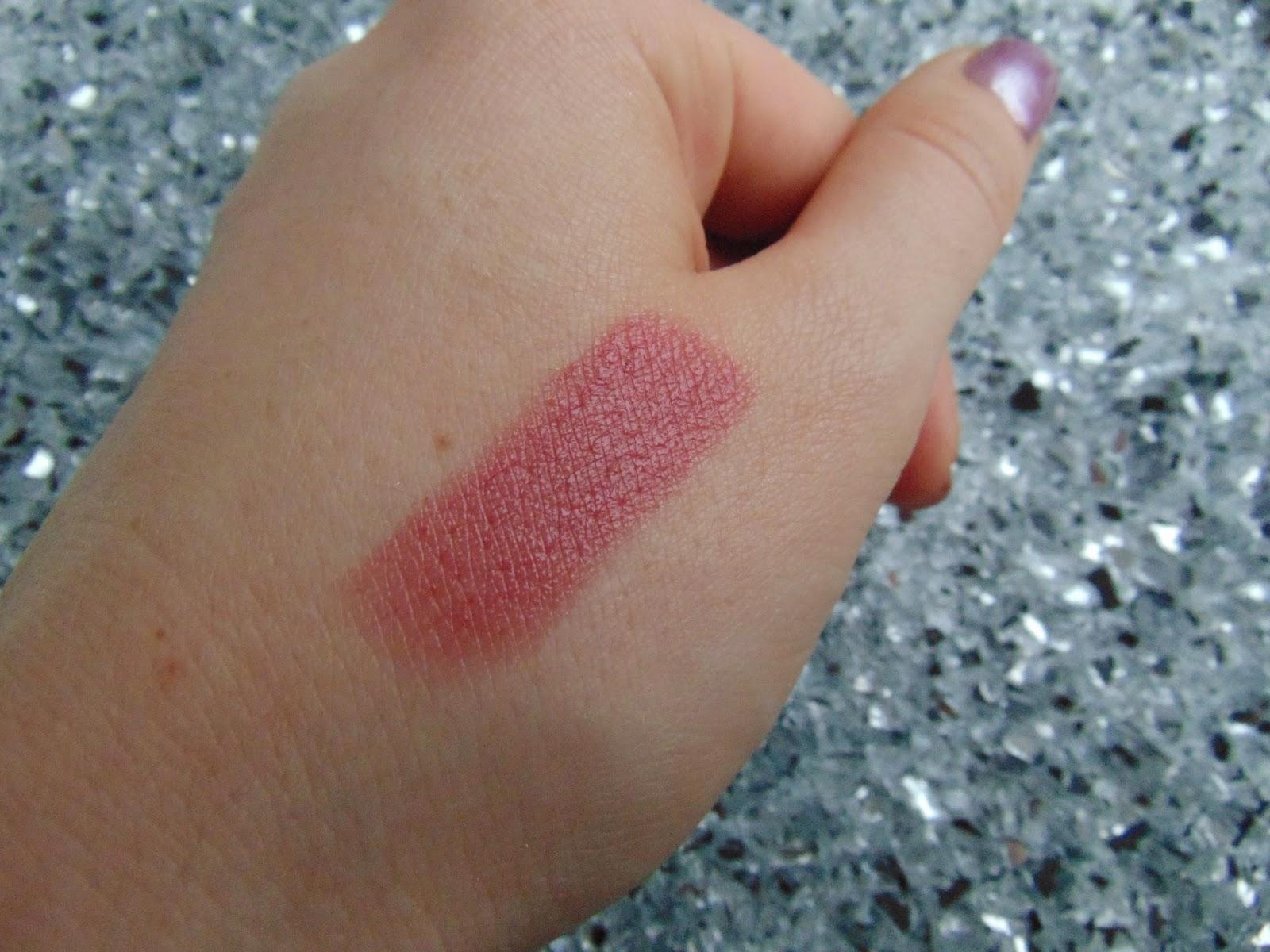 Essence: Longlasting Lippenstift - 07 Natural Beauty Swatch - www.annitschkasblog.de
