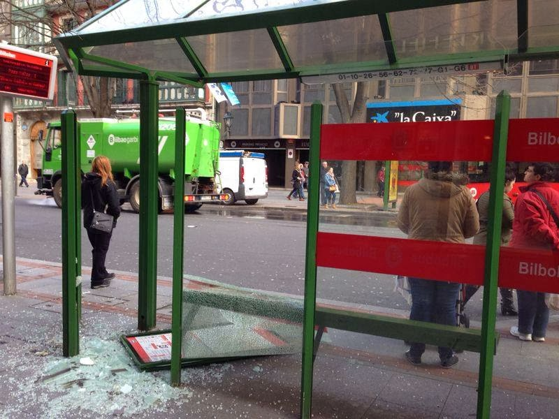 Marquesina de autobús destrozada por los gloriosos guradis