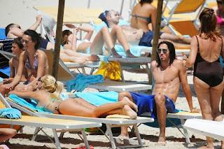 صور الجميلة ماريانا دياركو بالبكيني مع صديقها شاطئ الساحل الإيطالي 2