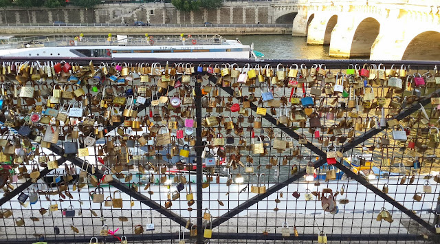 love lock bridge paris location