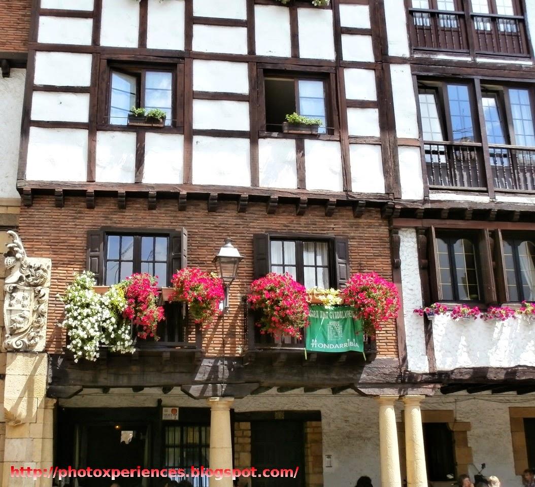 Edificio típico y balconada en el Plaza de Gipuzkoa